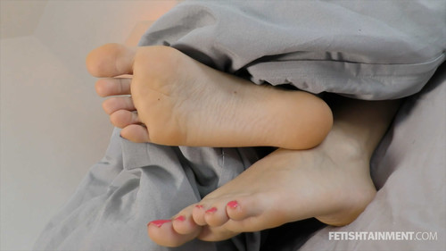 You can watch her feet and Serena ignores you (socks and bare soles ) - FULL HD WMV